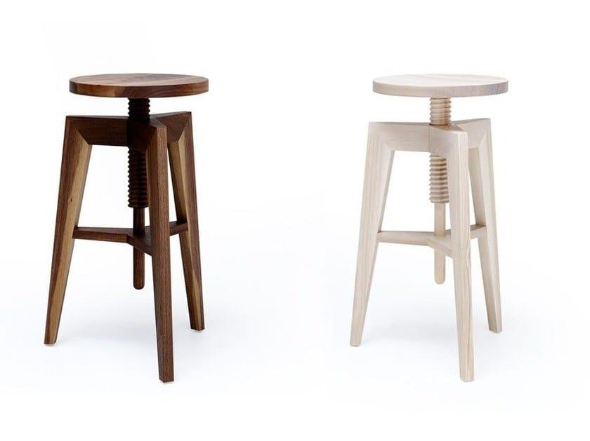 Sgabello in legno ad altezza regolabile screw bench by mint factory