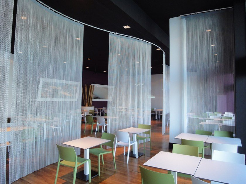 Aluminium chain curtain SPACE DIVIDER - MOBILE CURVED by Kriskadecor