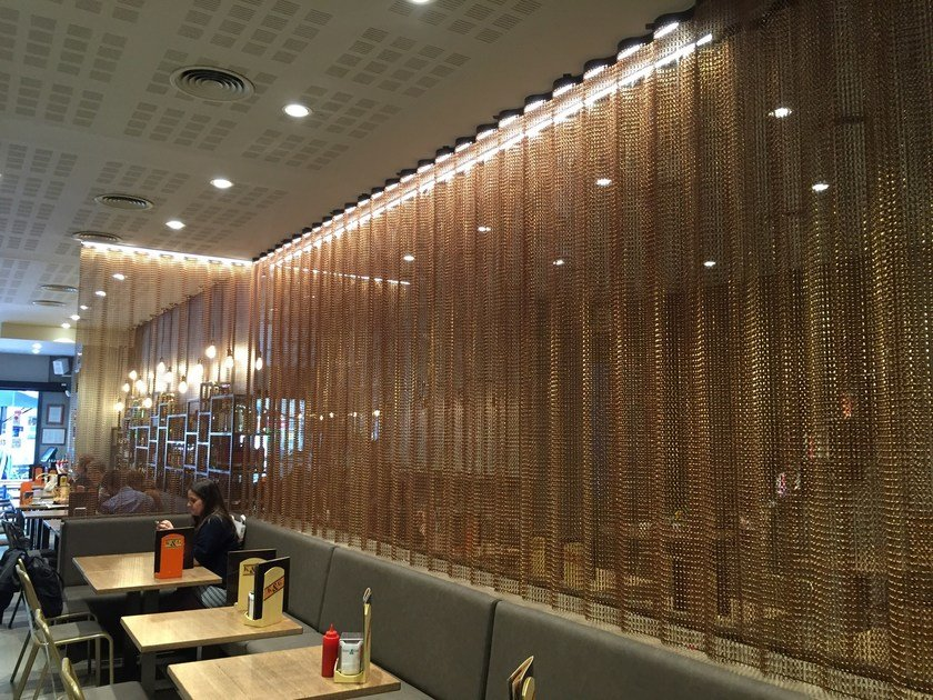 Aluminium chain curtain SPACE DIVIDER - UNDULATED RESTAURANT by Kriskadecor
