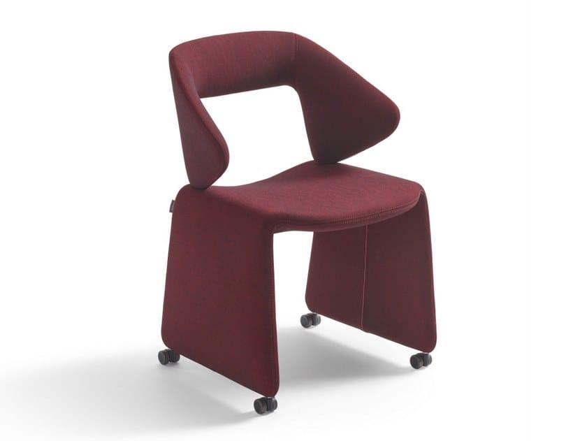 Sedia a slitta imbottita in tessuto con ruote SUIT | Sedia con ruote by Artifort