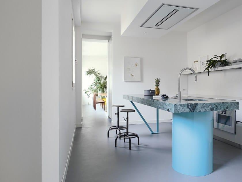 Cozinha personalizada estilo moderno com ilha sem puxadores CASA FLORA | Cozinha com ilha by TM Italia Cucine