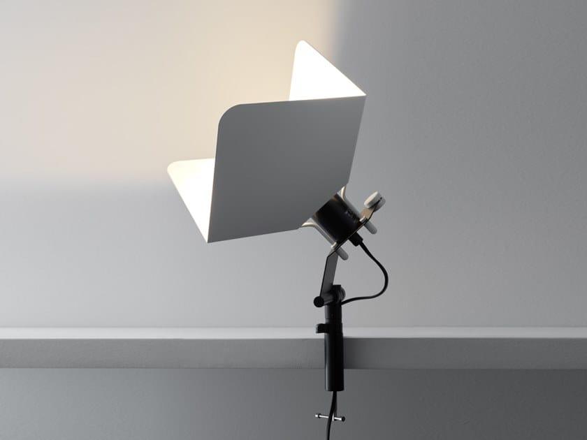 Lampada da tavolo in ferro con morsetto TRIEDRO | Lampada da tavolo by Stilnovo