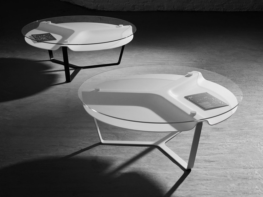 Tavolino basso in Solid Surface con portariviste VOID by Isomi