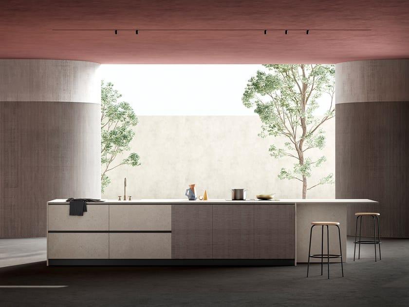 Cucina con isola in cemento e noce solcato tinto WIND by TONCELLI