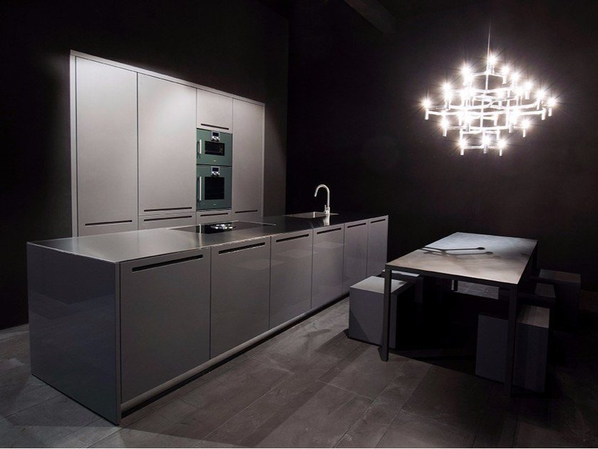 Fitted kitchen in glossy lacquered piombo ZERO | Linear kitchen by RIFRA