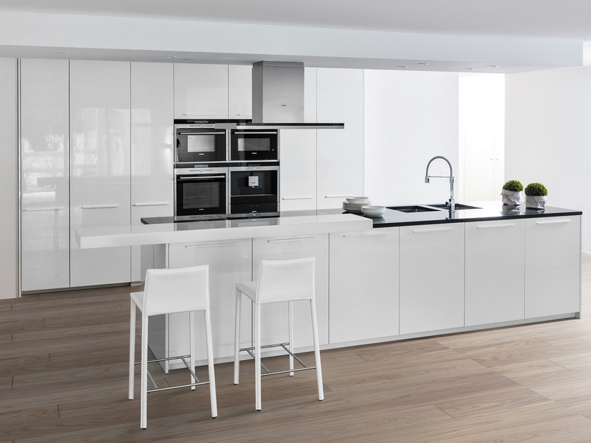 Lacquered quartz fitted kitchen with island ANDROMEDA | Lacquered kitchen by Floritelli Cucine