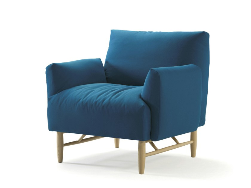 Upholstered armchair with armrests COPLA | Armchair with armrests by Sancal