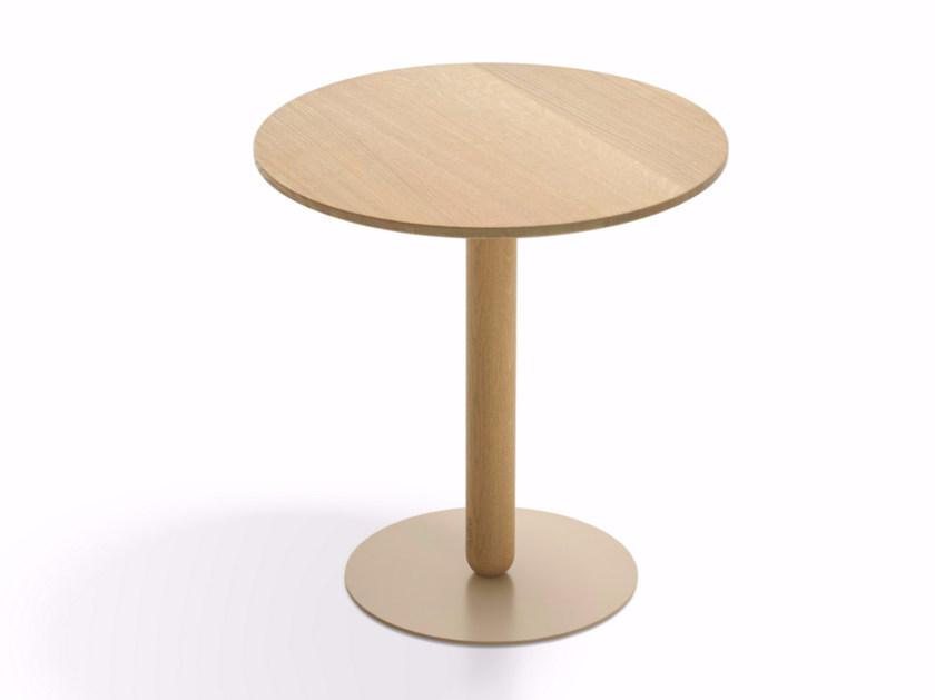 Round wooden side table BALANS | Wooden coffee table by Artifort
