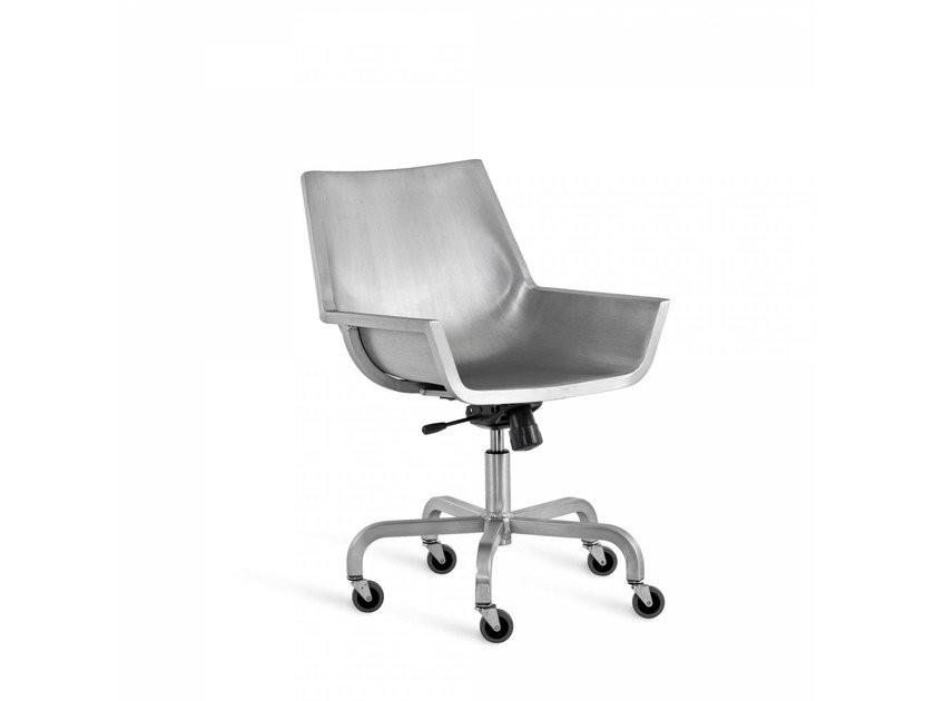 Aluminium chair with 5-spoke base with casters SEZZ | Chair with casters by Emeco