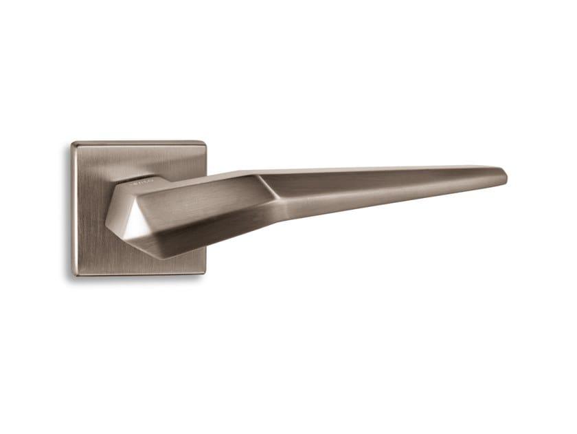 Brass door handle PLISSÈ | Door handle by Ento