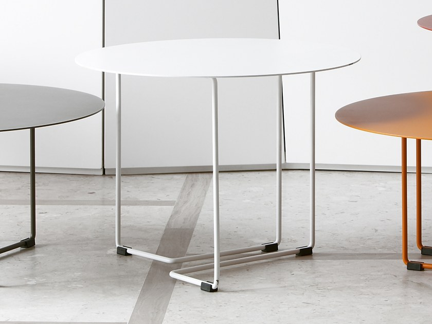 Round powder coated steel coffee table FERRO 3 by spHaus