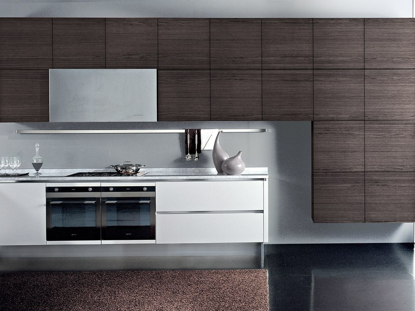 Lacquered wooden fitted kitchen without handles TOUCH | Kitchen by Oikos Cucine