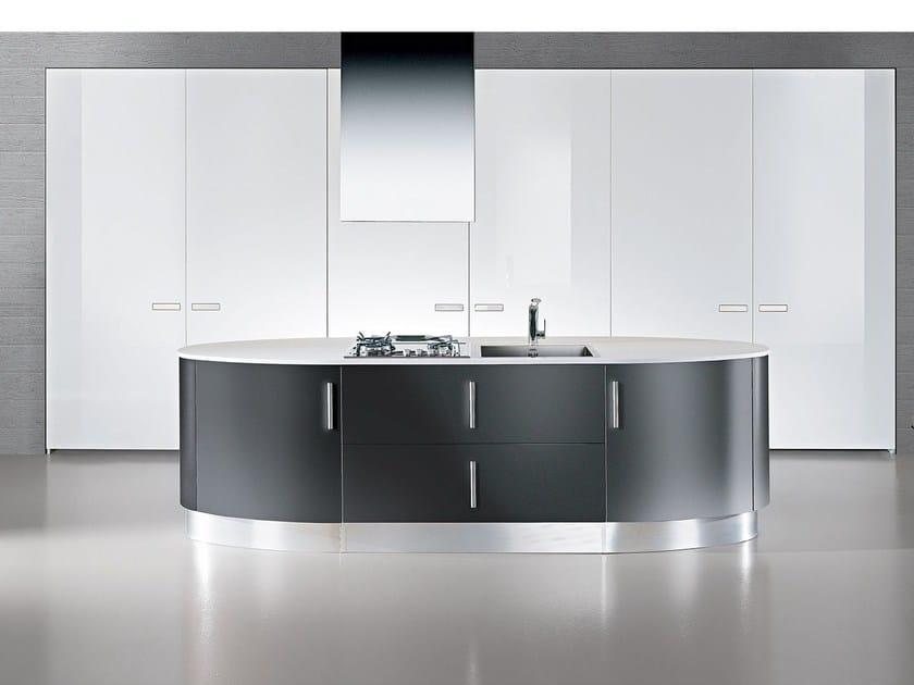 Cucina componibile laccata con maniglie ELLISSE   Cucina con isola by Oikos Cucine
