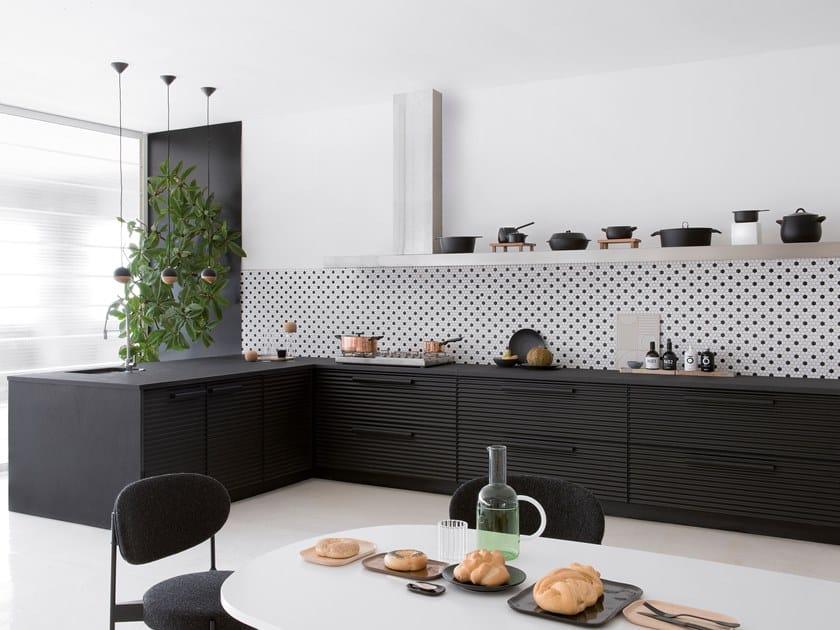 Cucina componibile con penisola in alluminio nero CINQUETERRE | Cucina con penisola by SCHIFFINI