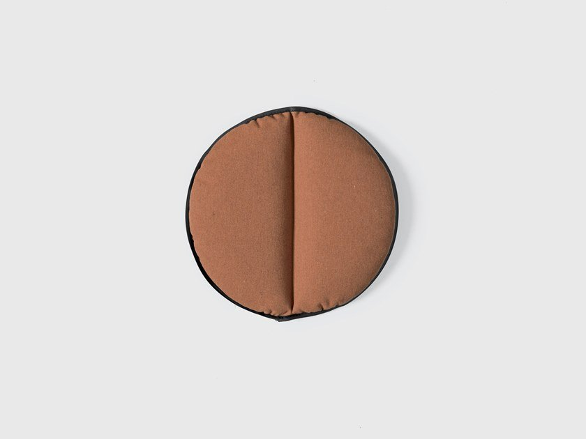 Solid-color round outdoor cushion LIPS | Round cushion by Kristalia
