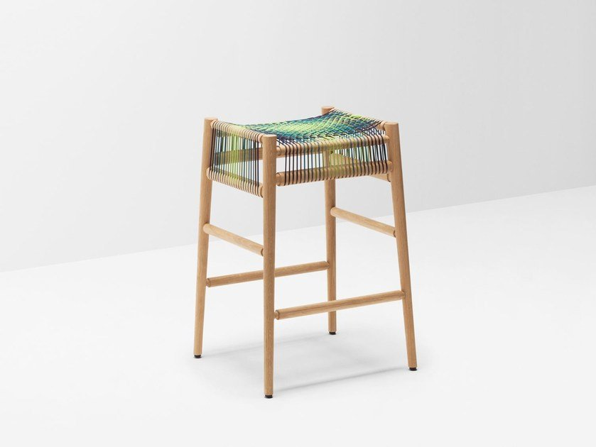 Sgabello alto da bar in legno massello LOOM BY PTOLEMY MANN | Sgabello alto by H Furniture