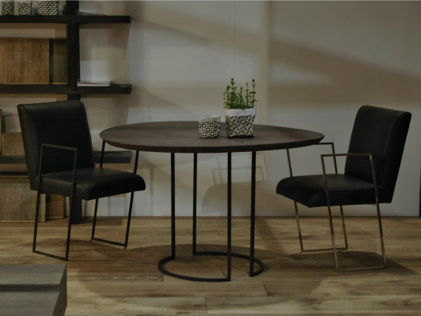 Round oak dining table LUNE by CABUY D.