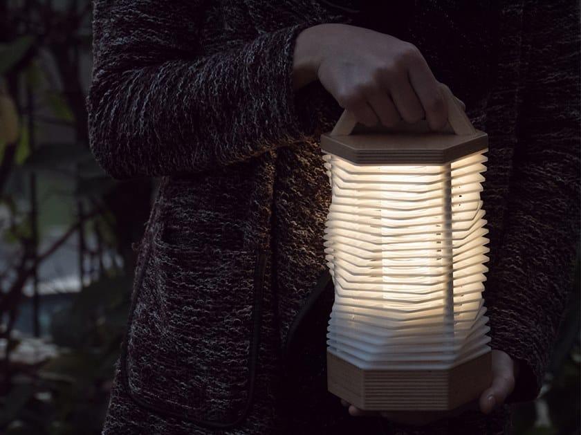 Lampada portatile a LED in betulla con batteria ricaricabile MEME 1 by Kriladesign