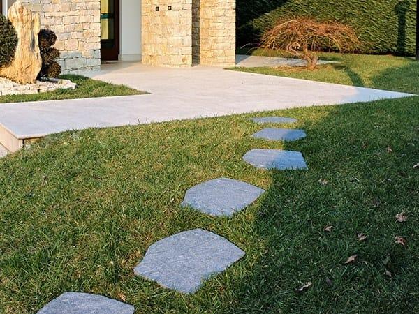 Porcelain stoneware garden paths PASSO GIAPPONESE GRIGIONI by GRANULATI ZANDOBBIO