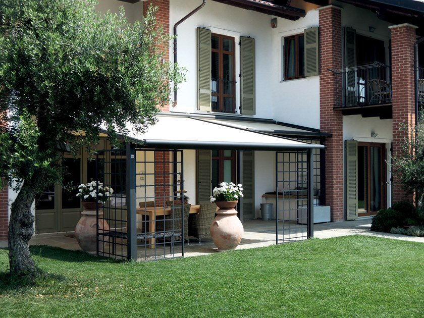 Wall-mounted aluminium pergola with sliding cover PERLA STYLE by Fanani