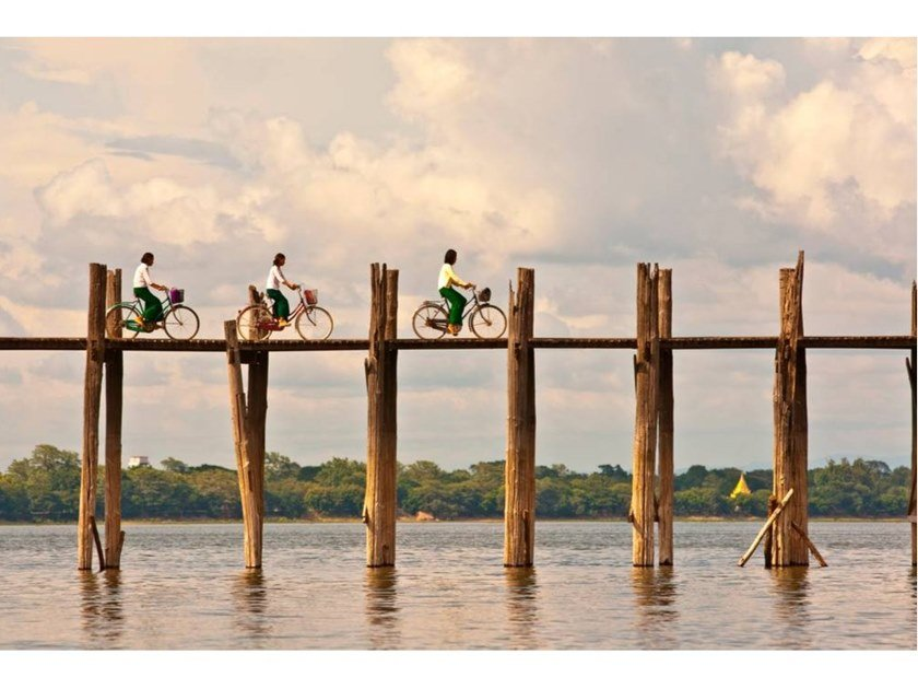 Stampa fotografica WOMEN CYCLISTS OF U BEIN BRIDGE by Artphotolimited