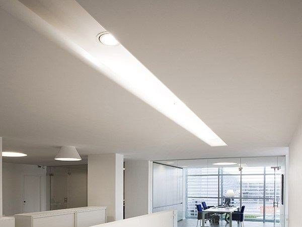 Ceiling mounted Linear lighting profile USP 12 33 21 | Linear lighting profile for downlights by FLOS