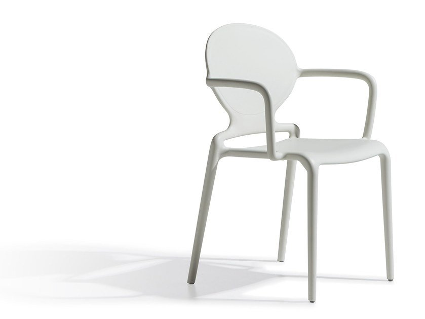 Medallion stackable plastic chair with armrests GIO | Chair with armrests by SCAB DESIGN