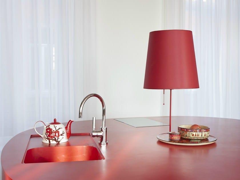 HI-MACS® per top cucina Kantoorloft, Anversa, Belgio - Architetto: B-bis Architekten - Produttore: Melis Interieur. Materale: HI-MACS® Fiery Red. Fotografo: Olmo Peeters