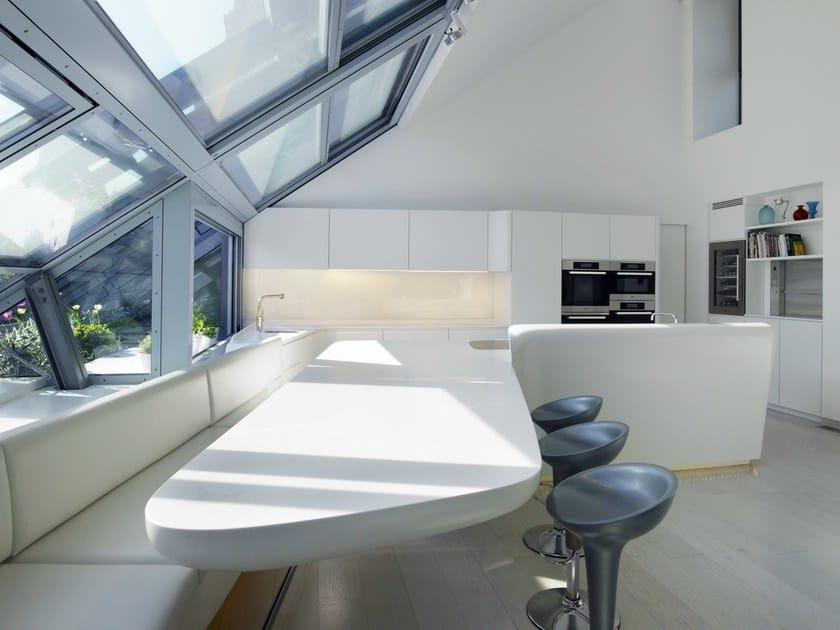 HI-MACS® per top cucina Loft Vienna, Austria -  A01 Architects, ZT GmbH - Rosskopf & Partner AG. HI-MACS® Alpine White. Fotografo: Nadine Blanchard