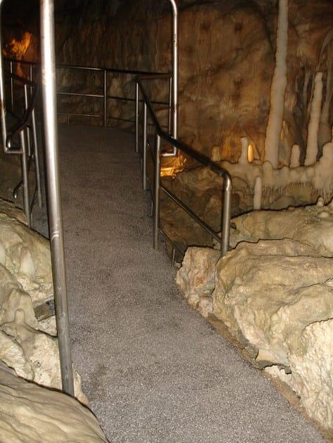 """Utilizzo di WATstop presso le """"Grotte di Frasassi"""", per la realizzazione di una pavimentazioni antiscivolo in corrsipondenza di un marciapiede in CLS affetto da una forte risalita di umidità"""