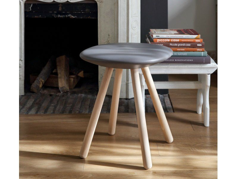 Low trestle-based polyurethane stool VIOOD | Low stool by Geelli