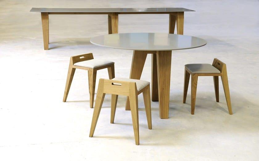 HI-MACS® - Design di mobili Designer: Olivier Moravik, Mjiila -  Material: HI-MACS® Steel Grey, wood  - Photo credit: ©Mjiila