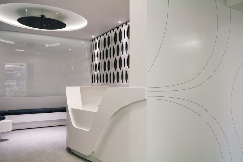 HI-MACS® - Sanità & Scuola Dental implant clinic - Design: Adriana Tihon, Atvangarde Surfaces; AMA Design - Fabricator: Atvangarde Surfaces - Material: HI-MACS® Alpine White, Opal, glossy painted mdf - Photo: Stelian Popa