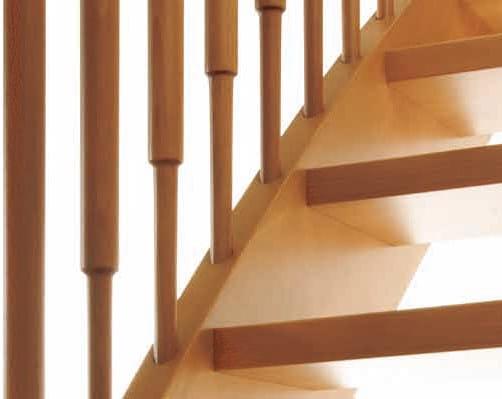 Dettaglio della ringhiera con colonnine in legno lisce.