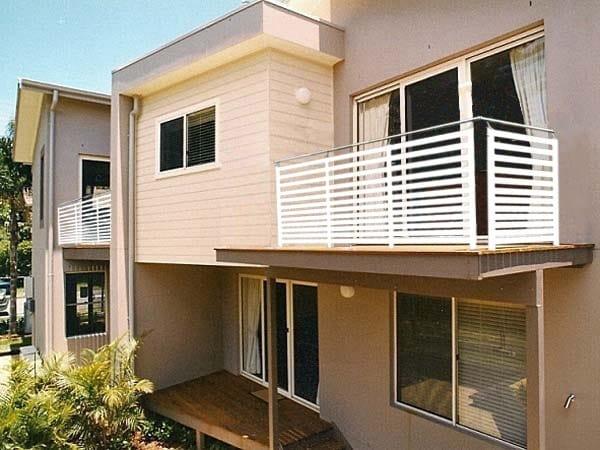 Balaustra in alluminio con profili orizzontali in alluminio parapetto a liste aluscalae - Altezza parapetti finestre normativa ...