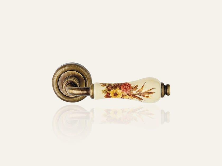 ottone bronzato graffiato con porcellana beige fiore marrone