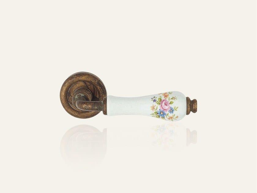 ottone invecchiato con porcellana bianca fiore rosa
