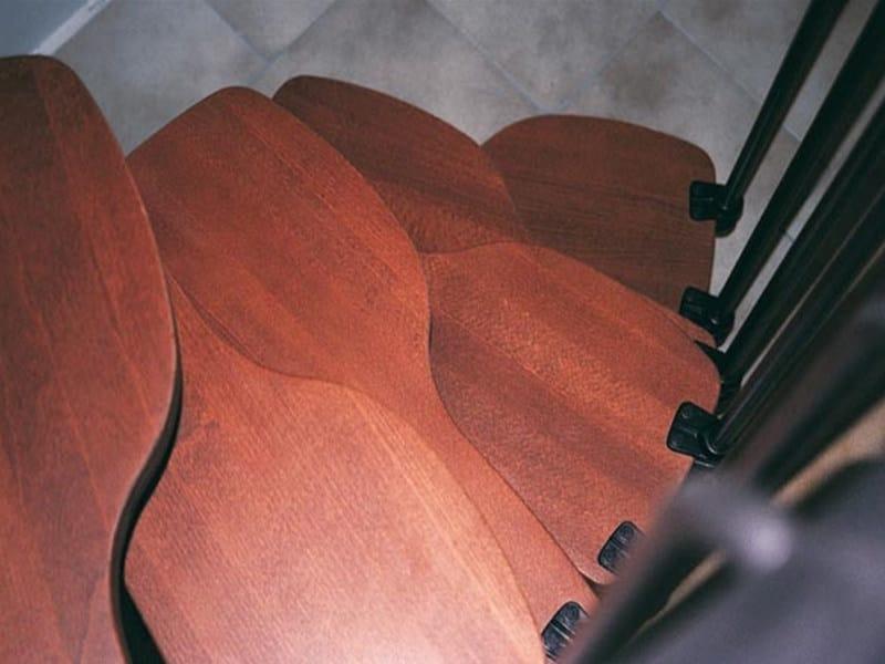 Dettaglio gradini in faggio tinta ciliegio.