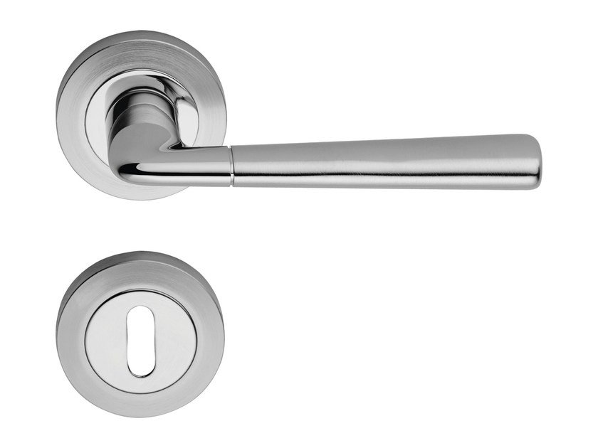 Classic style brass door handle on rose with lock TESS | Door handle with lock by LINEA CALI'