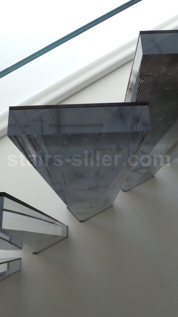 Acrylic glass cantilevered staircase CANTILEVERED STAIRS IN ACRYLIC | Acrylic glass cantilevered staircase by Siller Treppen