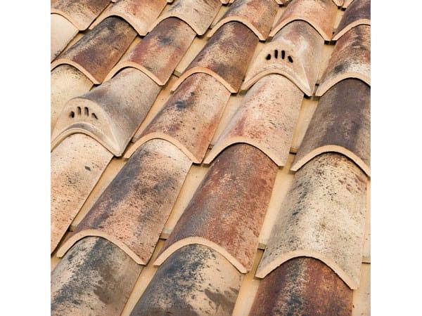 Clay bent roof tile COPPO 45 ANTICATO A BASE CHIARA by Tegolaia