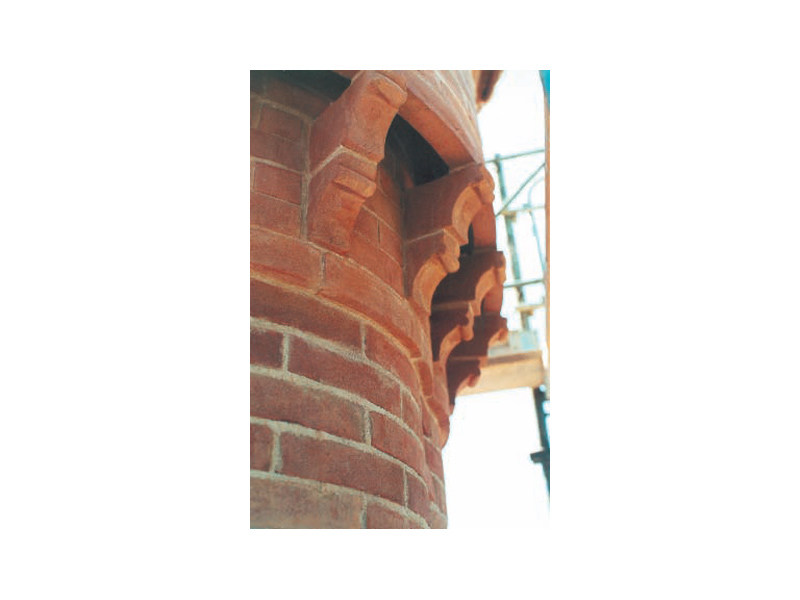 Special clay piece for fair faced facade MEZZELUNE by FORNACE FONTI