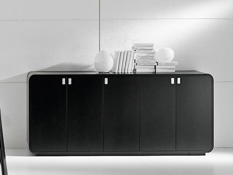 Low lacquered office storage unit with hinged doors SESTANTE | Low office storage unit by IFT