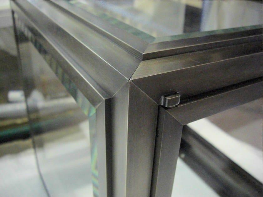 Floor-standing retail display case Retail display case by YDF