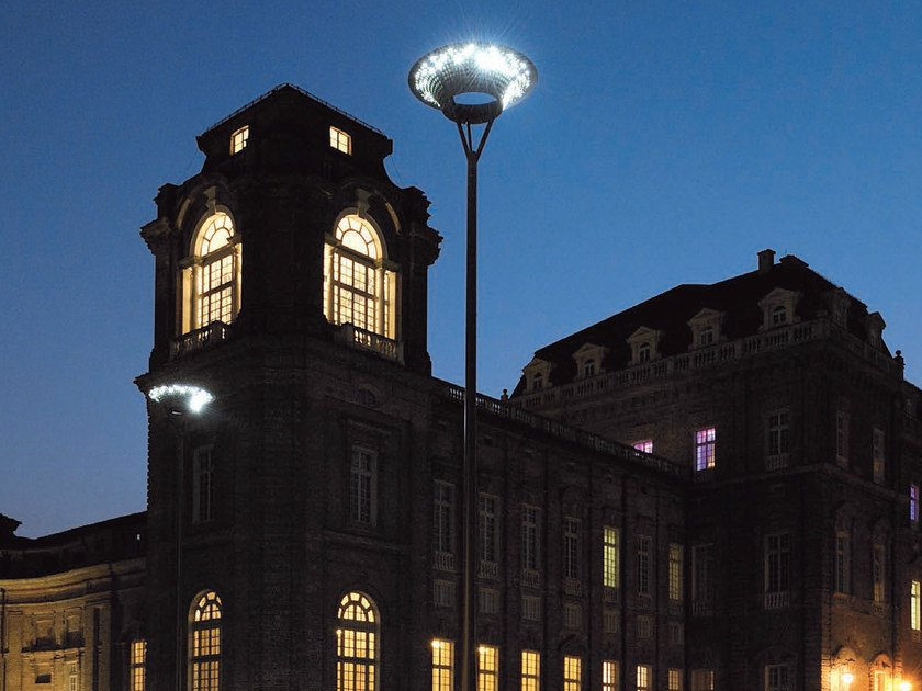 LED street lamp LA VENARIA by iGuzzini