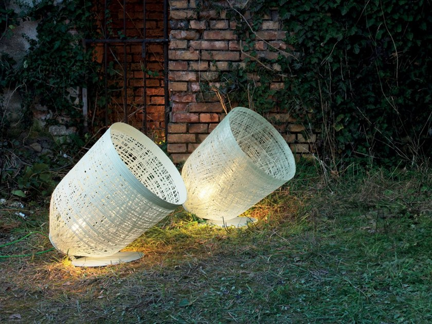 Lampada da terra per esterno in resina Cocoon BLACKOUT | Lampada da terra per esterno by Karman