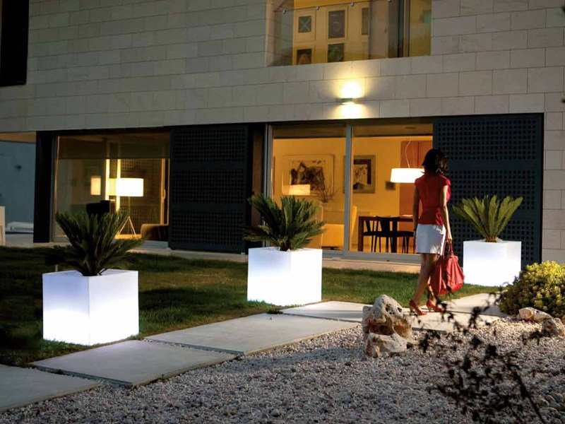 Polyethylene garden vase with Light CUBO by VONDOM