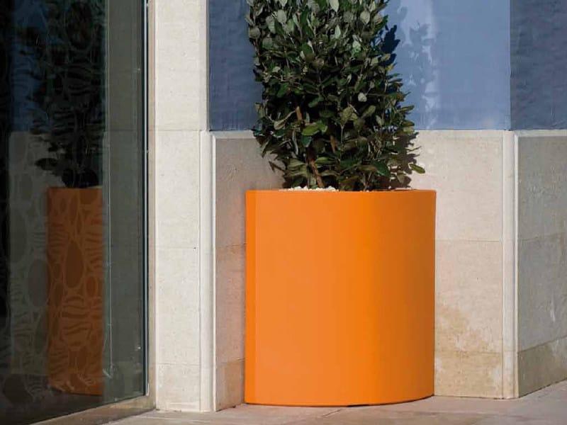 Polyethylene garden vase ANGULAR by VONDOM