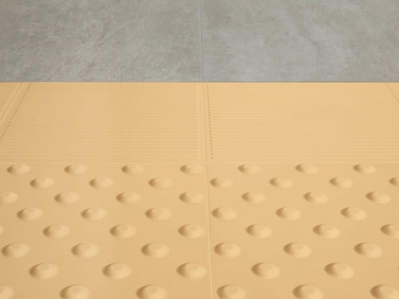Esterno pavimento di piastrelle di ceramica per non vedenti di