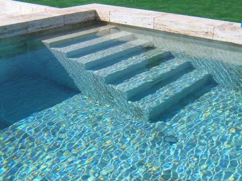 scala interna con gradini di pietra naturale bocciardata